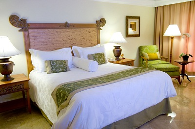 bigstock-King-Sized-Bed-In-A-Hotel-Suit-2929786
